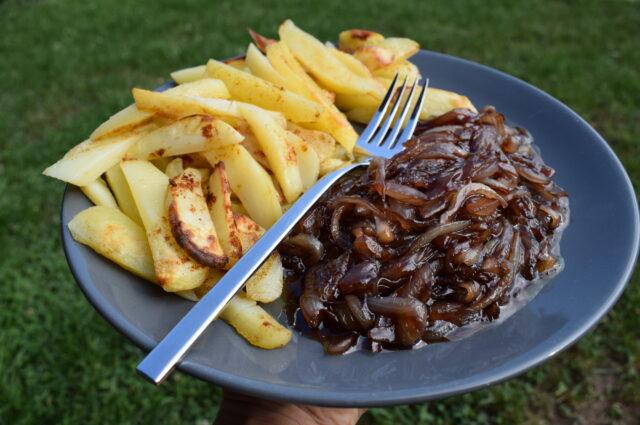 Cartofi pai la cuptor cu ceapă caramelizată – Rețetă