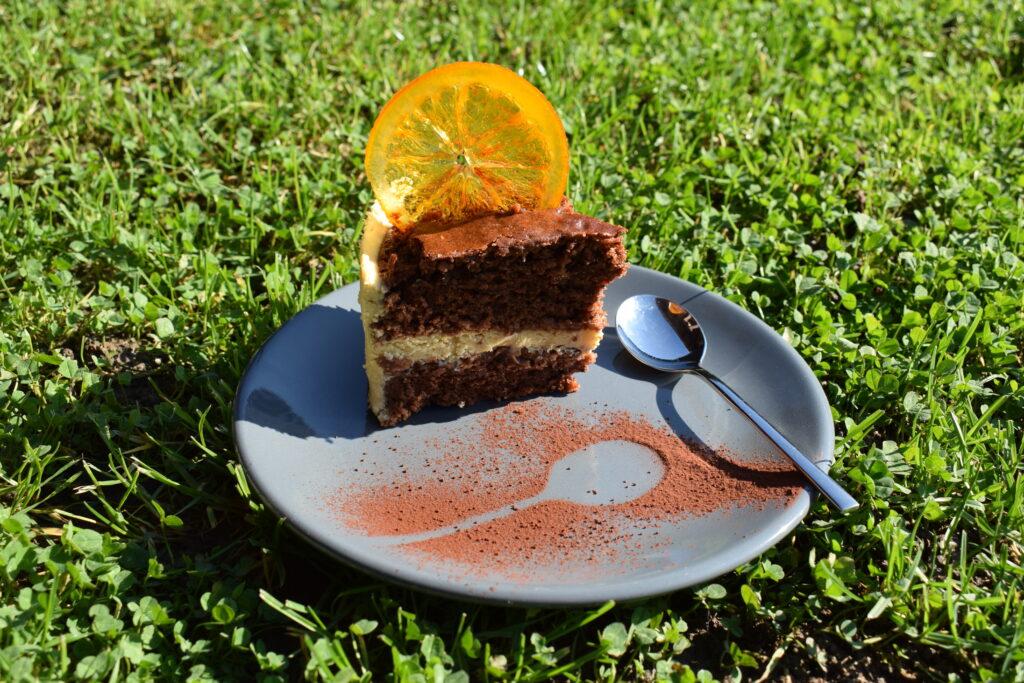 Felie de tort cu aromă de turtă dulce și portocală