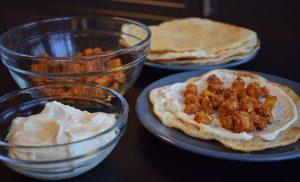 Lipii cu humus și cubulețe aromate de tofu